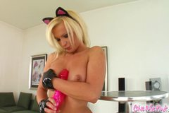 Horny blonde works her mouth and pussy