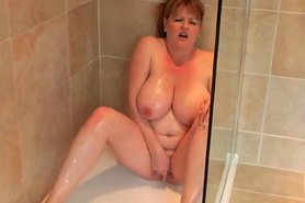 BBW masturbates in bathroom