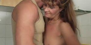 Femme mature touchant un jeune homme