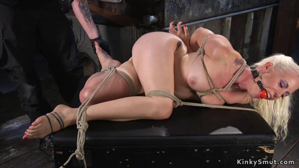 Blonde butt plugged gets pussy toyed (Lorelei Lee)
