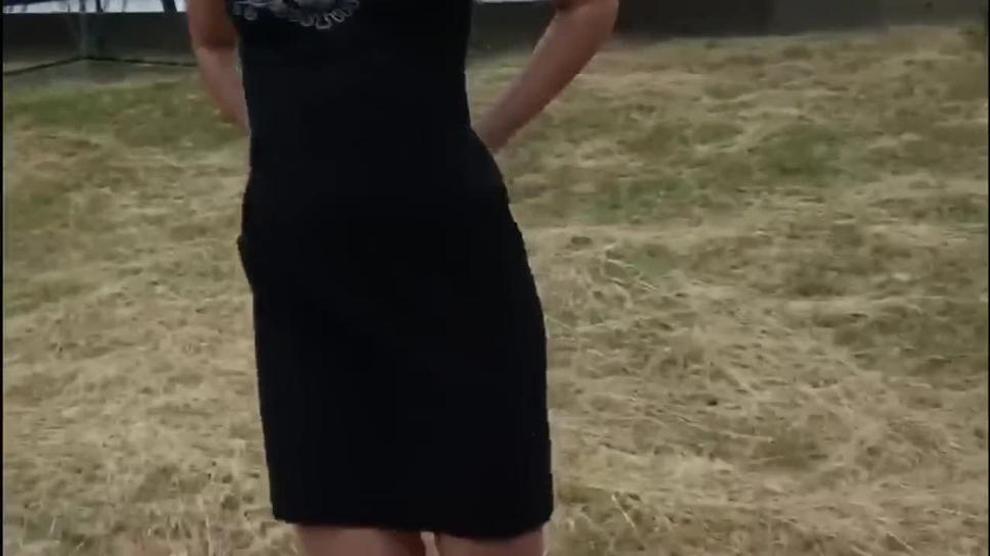 jovem tira a calcinha em público