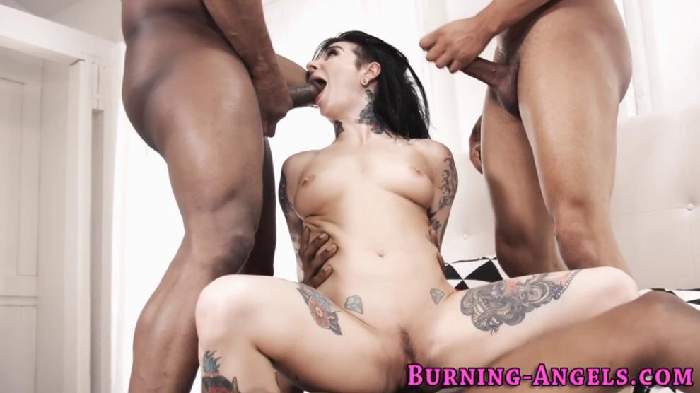 Tattooed babe gets DPed and sucks cocks