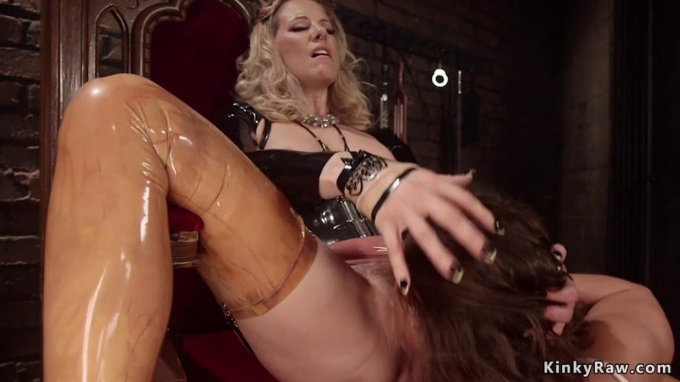 Lesbian in latex anal fucks submissive