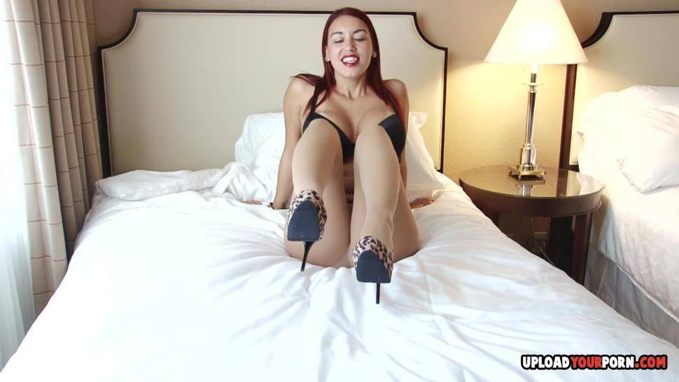 UPLOADYOURPORN - Hot chick wants to get her feet sucked