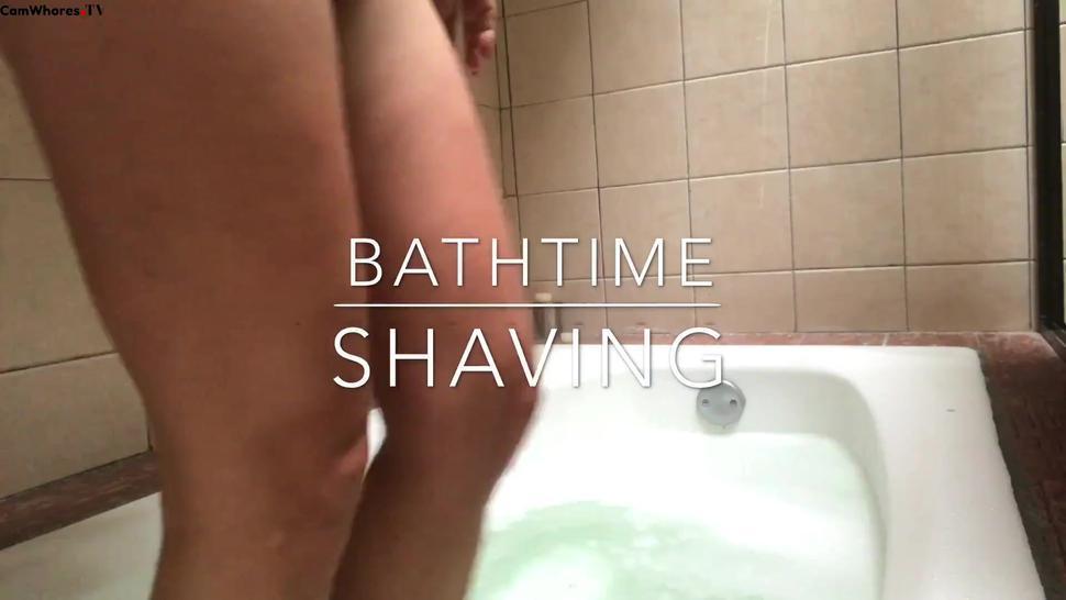 Breastmom shaving her hair while bathing