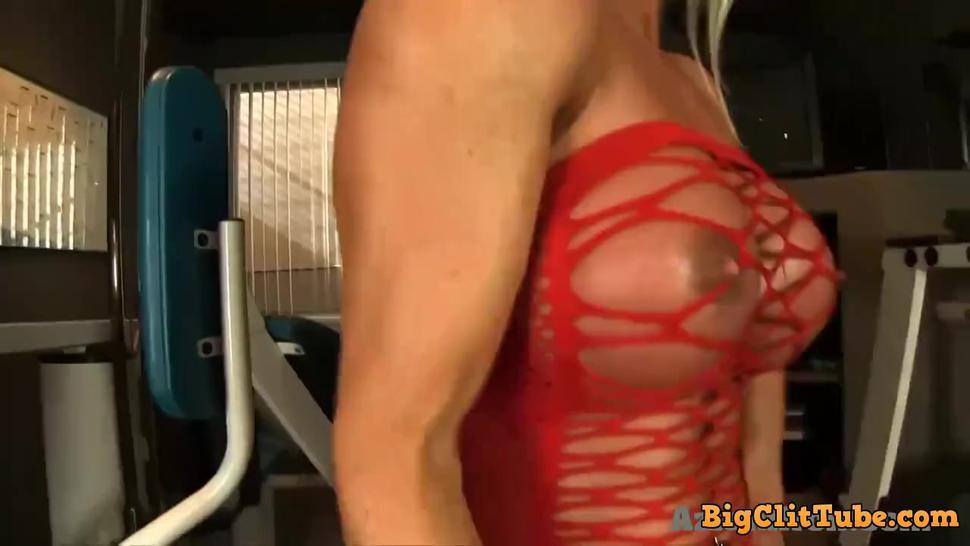 Female bodybuilder with a big clit in the gym