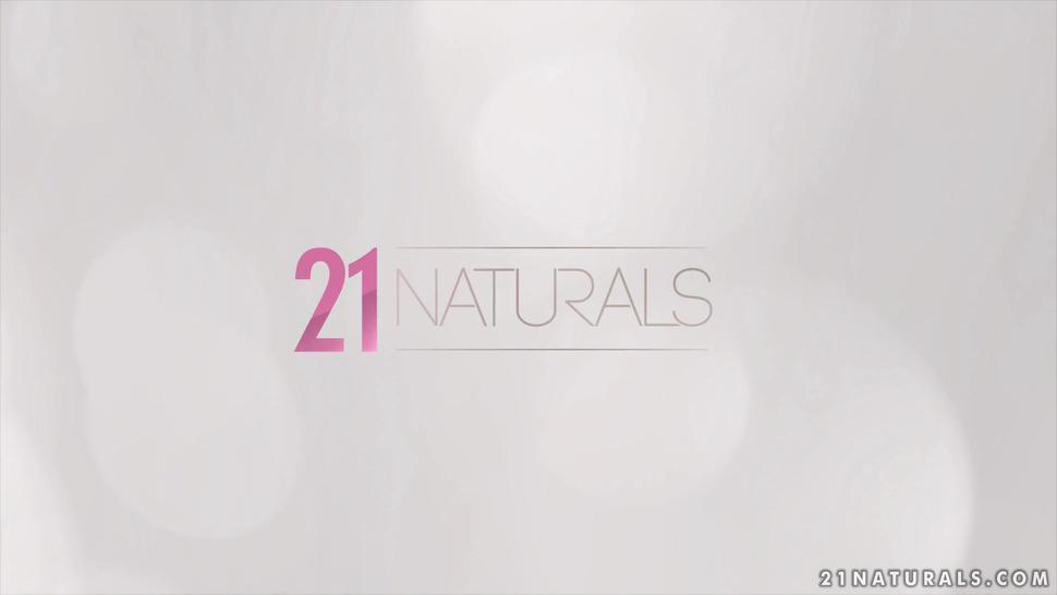 21Naturals -  Long Haired Beauty Brunette Andreina ?e Luxe