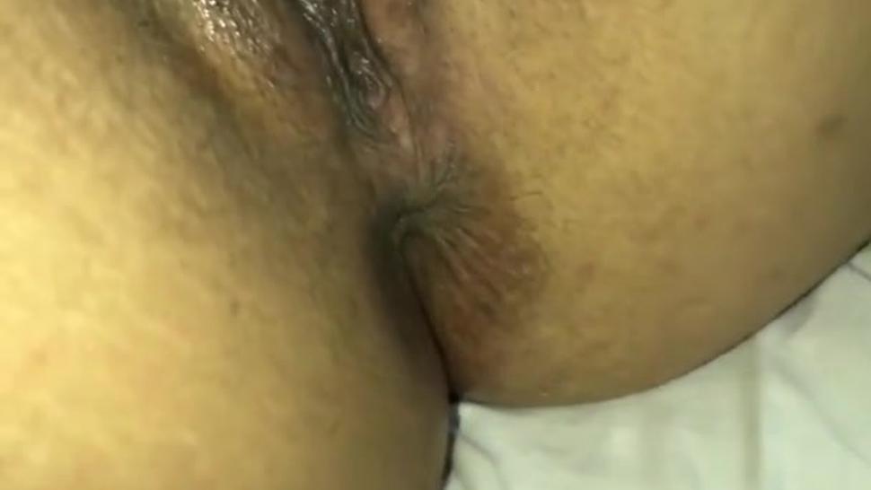 Enseñando a mi vecino a mamar en la vulva de mi esposa