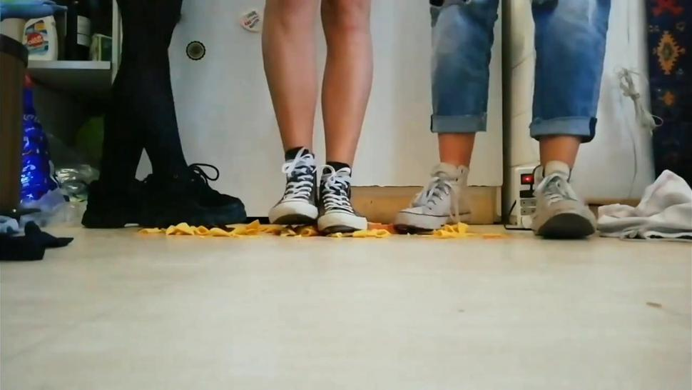 3 girls crush food with converse