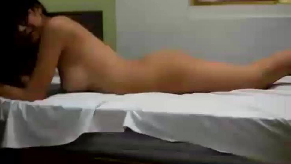 Mia Marin en cama