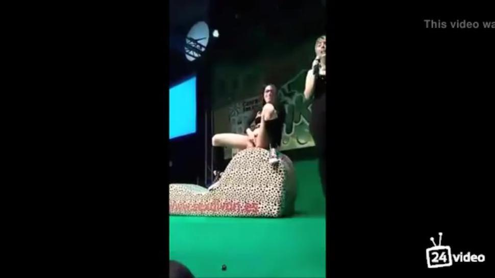 girl demonstrates her squirting abilities on stage ?SQUIRT ON AUDIENC FACE