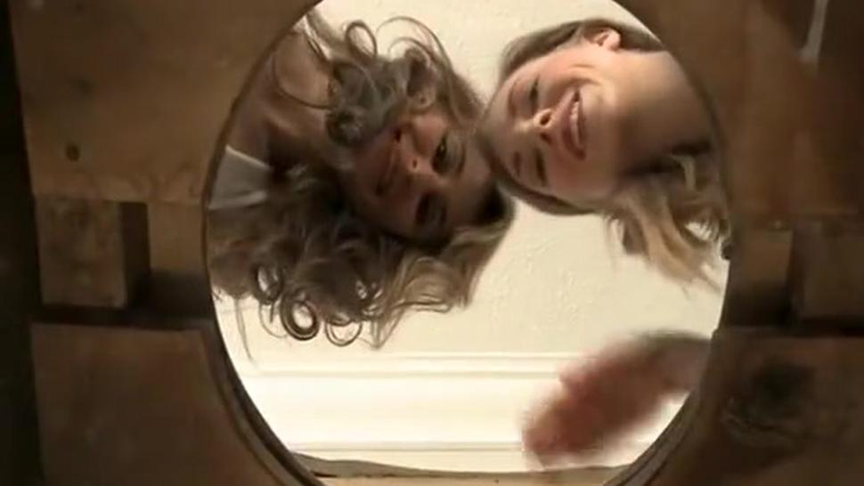 Two hot chicks pissing