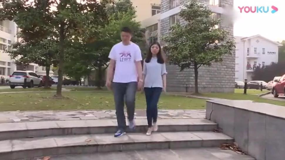 Girl sprained her ankle and got help from her teacher and classmate in Medical University