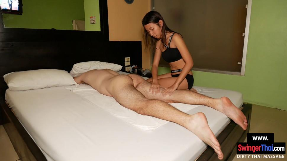 Amateur Thai girl gives client a massage with happy end