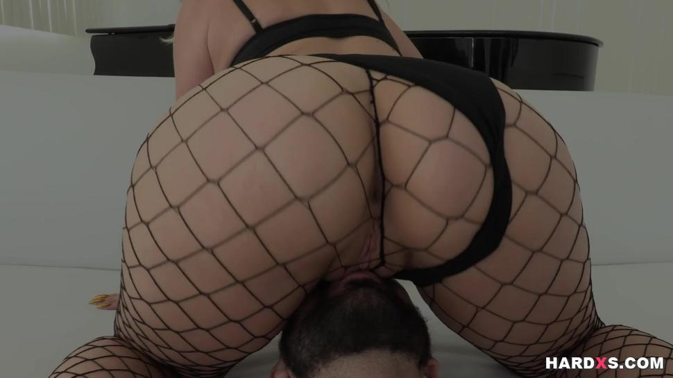 Bootylicious blonde goddess gets squirty
