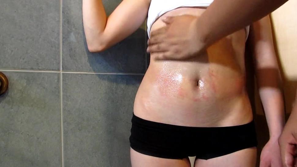 engrasando los sexys abs de mi pequeña novia de 18 años, tiene unos pechos sexy y coño sexy