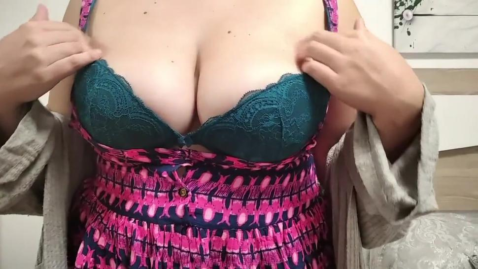 Mi amigo disfruta de mis grandes tetas en la primera cita,mientras se la chupo frente al espejo