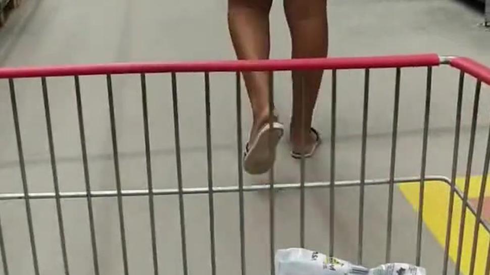 Novinha se EXIBINDO SEM CALCINHA em PÚBLICO no supermercado - MissCatLatina