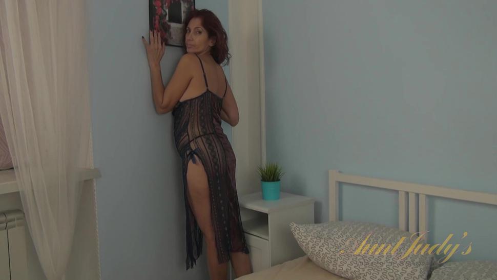 Sexy Girl Masturbates On Bed