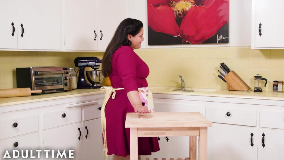 MODEL TIME Karla Lane's Retro Housewife Lifestyle is Masturbation!