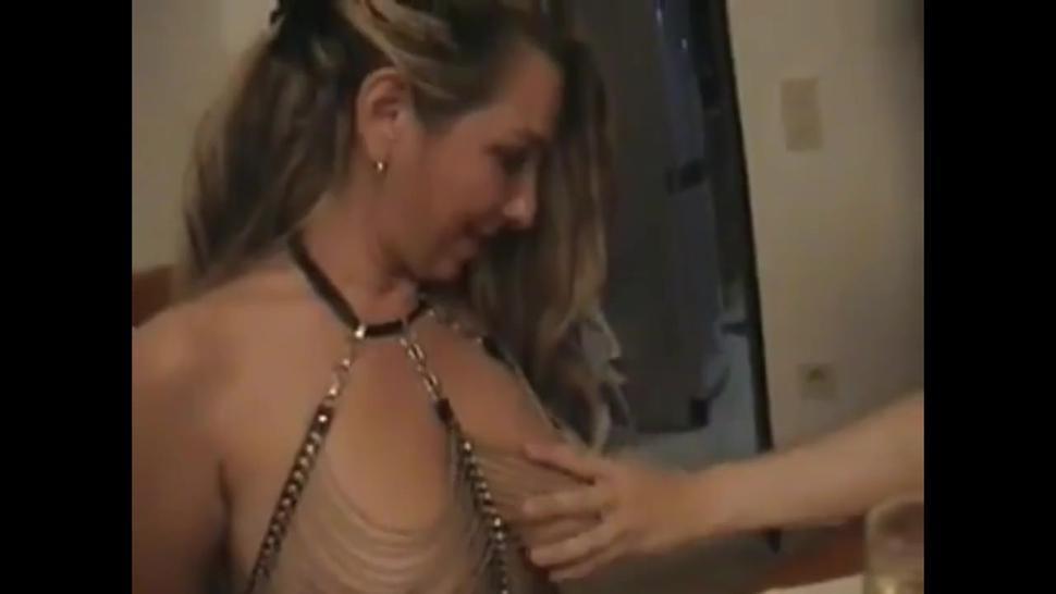 geile Frau mit schlaffen Titten von zwei Nachbarn benutzt