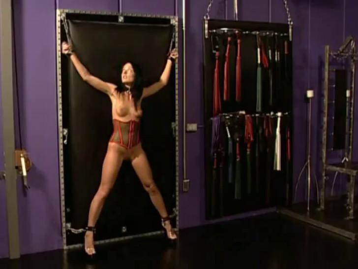 Kinky Melissa Lauren practices bondage