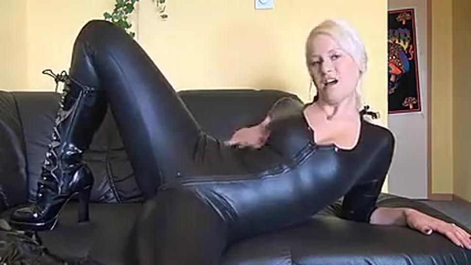 Heiße Deutsche Blondine In Latex Und Stiefel Fickt Sich Selbst