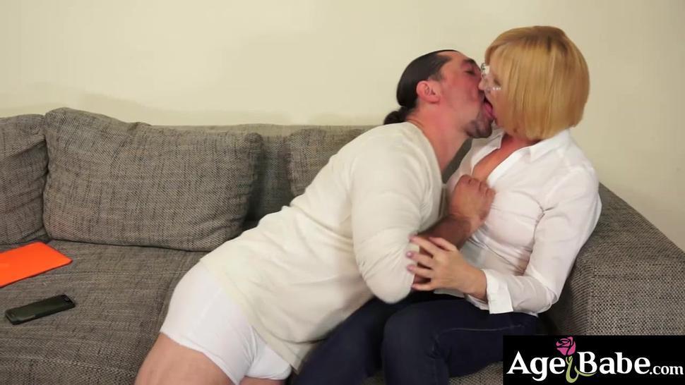 Leslie anally banged horny granny Jennyfer in many ways