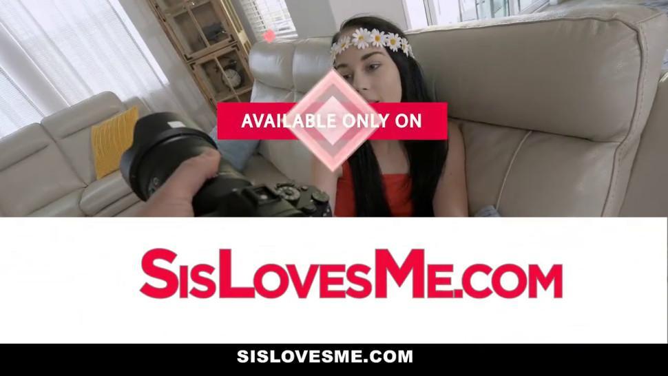 Sislovesme - Stepsiblings Screw In Front Of Their Mom