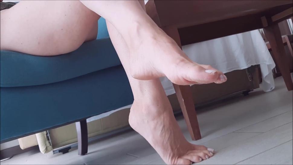 Candid long feet girl- big soles, long toes