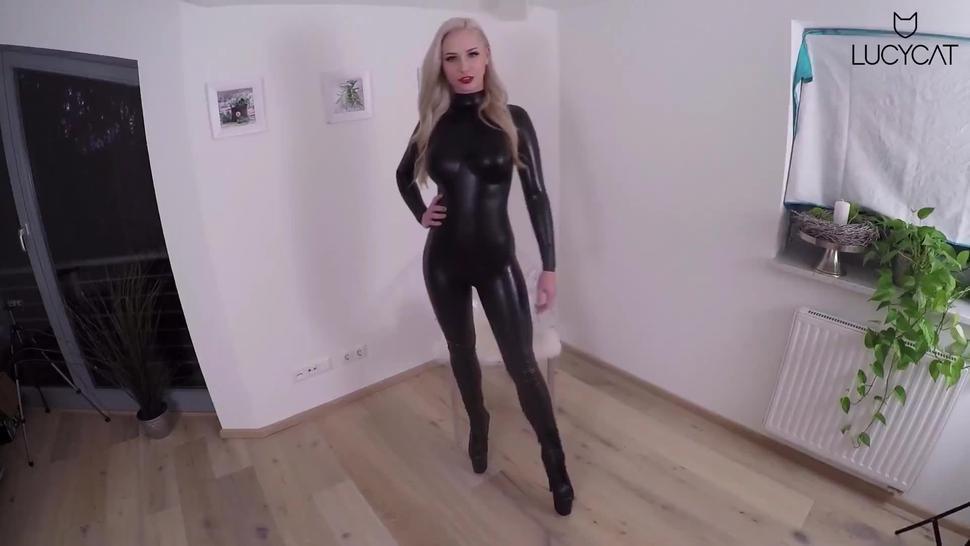 Lucy-Cat - Sexpertin Lucy zeigt unerfahrenene Mann Latex Sex im Catsuit