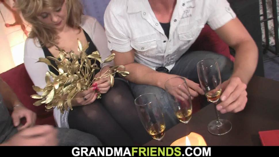 GRANDMA FRIENDS - Hot old mature woman double penetration