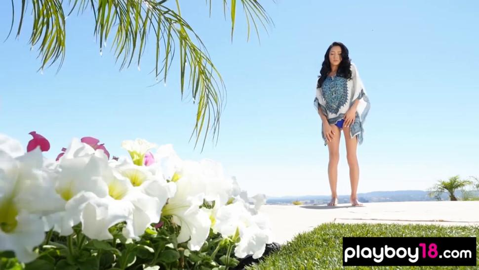 All natural Reyna shows her perfect shapes outdoor