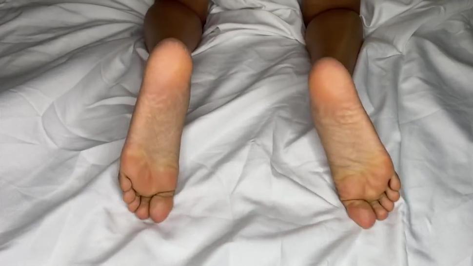 Amateur/showing black bare girl feet