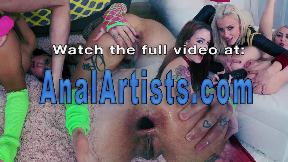 Lesbians butts gape wide in threesome