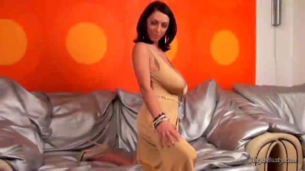 Merilyn Sakova look amazing in a golden dress