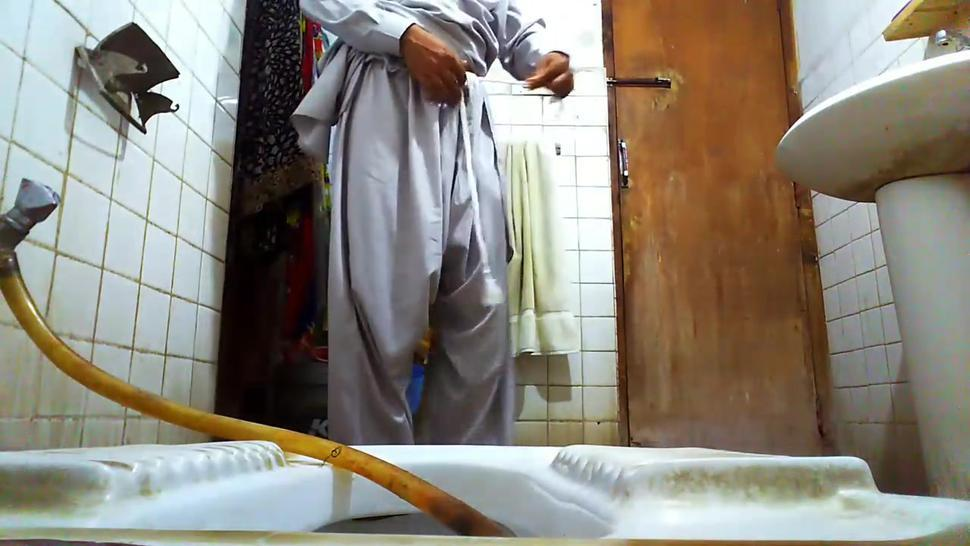 pakistani gay pissing in toilet