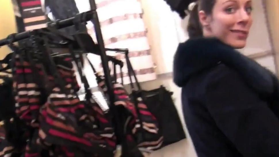 Zwei Geile Chicks Mit Dildo in ffentlichen Umkleideraum