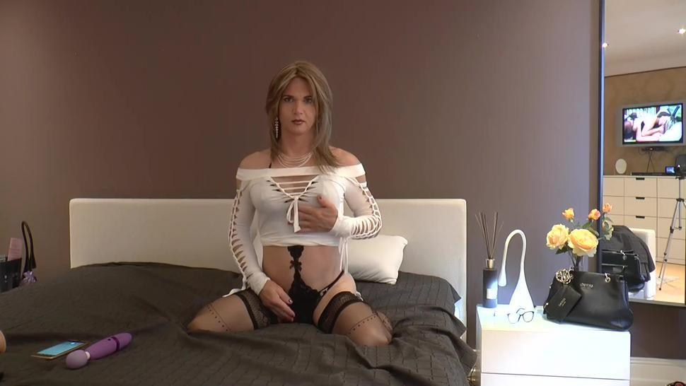 Super Hot Tgirl spielt mit sich selbst und spritzt ihr Sperma auf sich