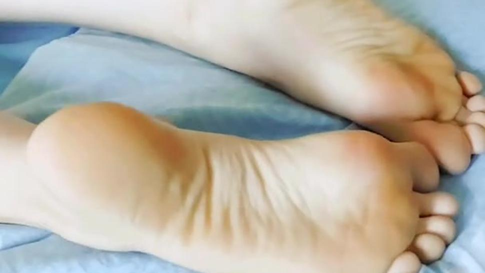 Showing her soles, soft tickling, she didn't know i'm recording