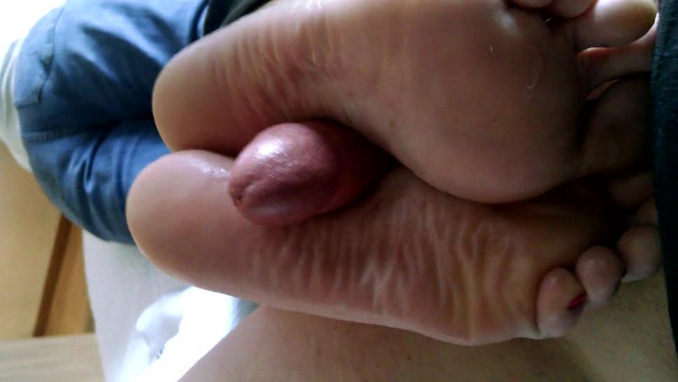 Wrinkled sole footjob