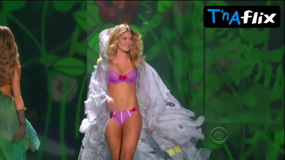 Doutzen Kroes Underwear Scene  in The Victoria'S Secret Fashion Show 2009