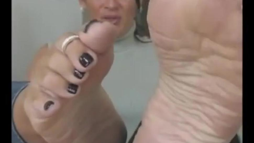 mature wrinkled soles toe wiggle
