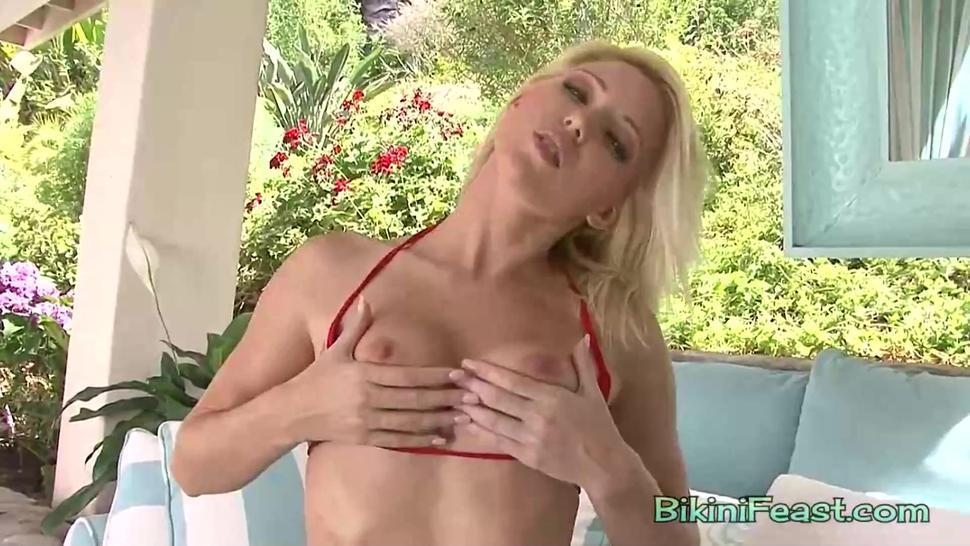 Blondie Niki Lee loves to masturbate in bikini