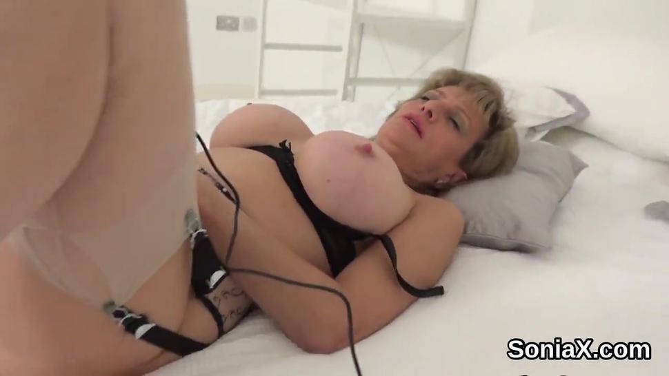 Unfaithful uk mature lady sonia unveils her heavy naturals