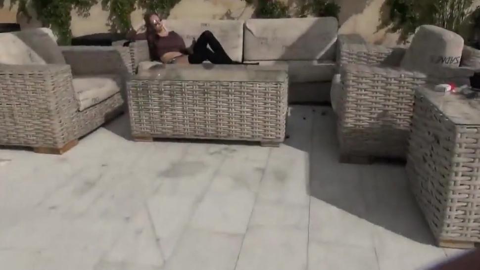 Petite 18yo Babe wird auf der Terrasse gefickt