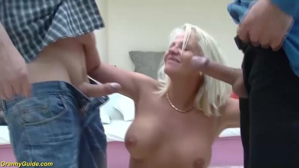 GRANNYGUIDE - first rough double penetration for mom