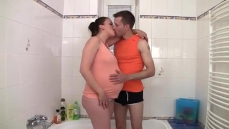 Pregnant mom screw in the shower