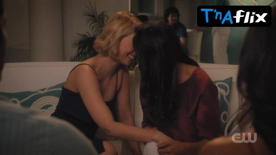 Rosario Dawson Lesbian Scene  in Jane The Virgin