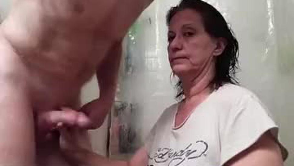 Horny mature wife gives hard head in the bath